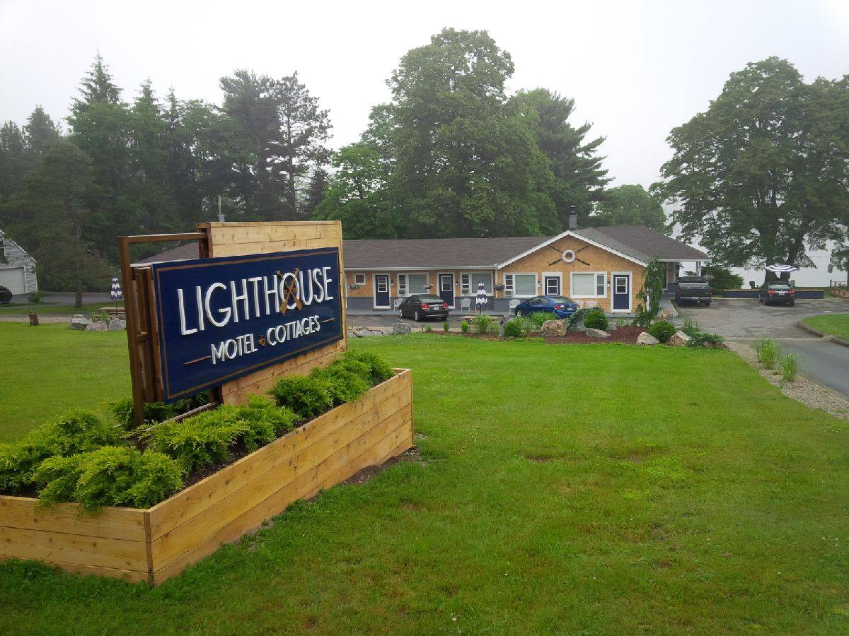 Lighthouse Motel & Cottages